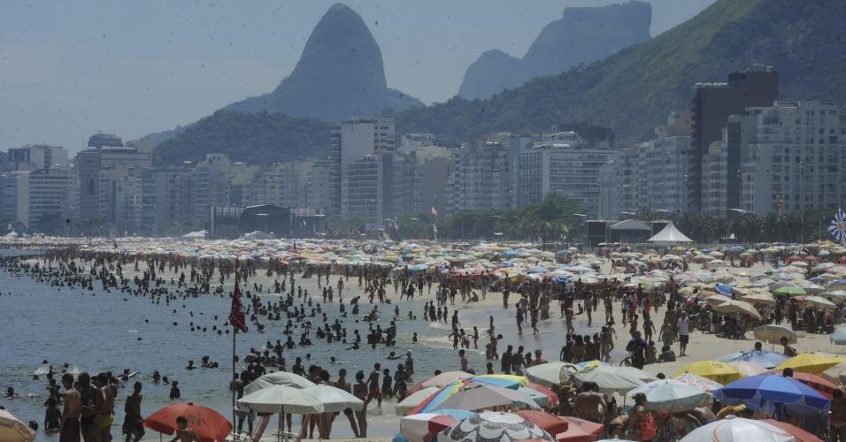 31.dez.2013 - Milhares de pessoas lotam a praia de Copacabana, na zona sul do Rio, na tarde desta terça-feira (31), para a festa da passagem de ano. Sob o calor de 38ºC, banhistas se refrescaram e aproveitaram para antecipar oferendas à Iemanjá. Muita gente já está acampada na areia para a tradicional queima de fogos, que este ano terá 16 minutos