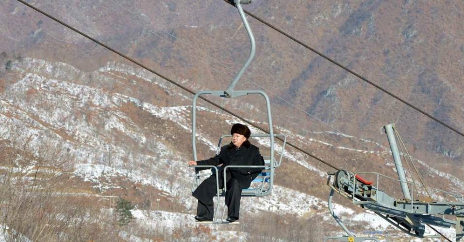31.dez.2013 - O líder norte-coreano, Kim Jong-un, inspeciona nova estação de esqui em Masik Pass, perto de Wonsan