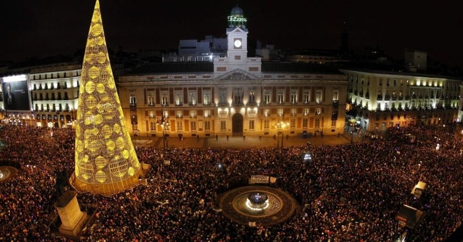 31.dez.2013 - O relógio da Puerta del Sol, na Espanha, mostra que é chegado um novo ano. O local concentrou milhares de pessoas na famosa praça de Madri