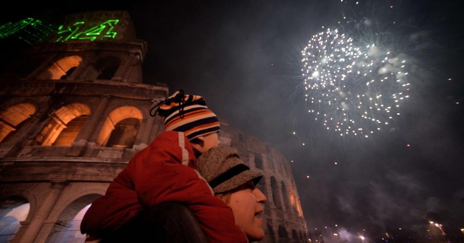 31.dez.2013 - Pessoas celebram a chegada do Ano-Novo em frente ao Coliseu, em Roma, na Itália
