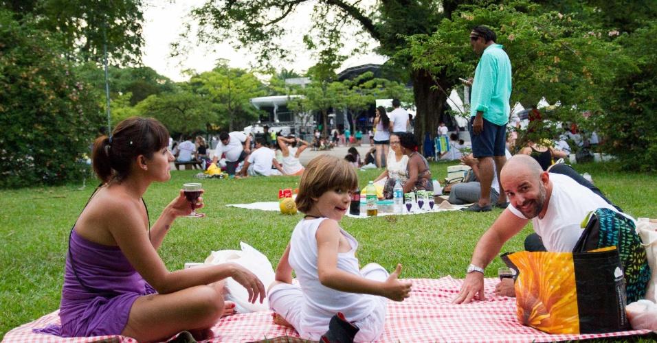 31.dez.2013 - Pessoas fazem piquenique no parque Ibirapuera, na zona sul de São Paulo, enquanto aguardam o início da festa de Réveillon nesta terça-feira (31)