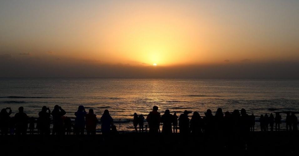 31.dez.2013 - Pessoas observam o primeiro nascer do sol de 2014 na ilha de Jeju, na Coreia do Sul