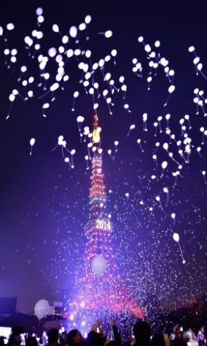 31.dez.2013 - Pessoas soltam balões para celebrar o Ano-Novo durante uma cerimônia de contagem regressiva em Tóquio, no Japão. Cerca de 2.000 balões foram soltos carregando os desejos
