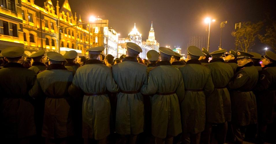 31.dez.2013 - Policiais paramilitares fazem guarda durante as celebrações de Ano-Novo em Bund, em Xangai, na China