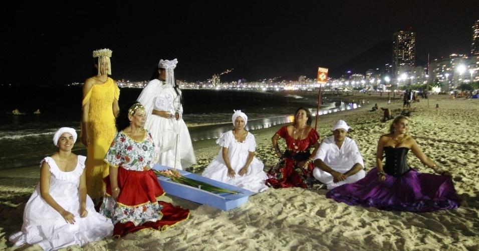 31.dez.2013 - Religiosos trazem oferendas à Iemanjá para a praia de Copacabana para celebrar a chegada do Ano-Novo, nesta terça-feira (31)