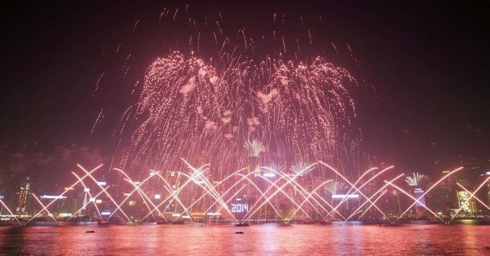 31.dez.2013 - Show pirotécnico com música e fogos de artifícios empolgam Hong Kong neste Réveillon 2014