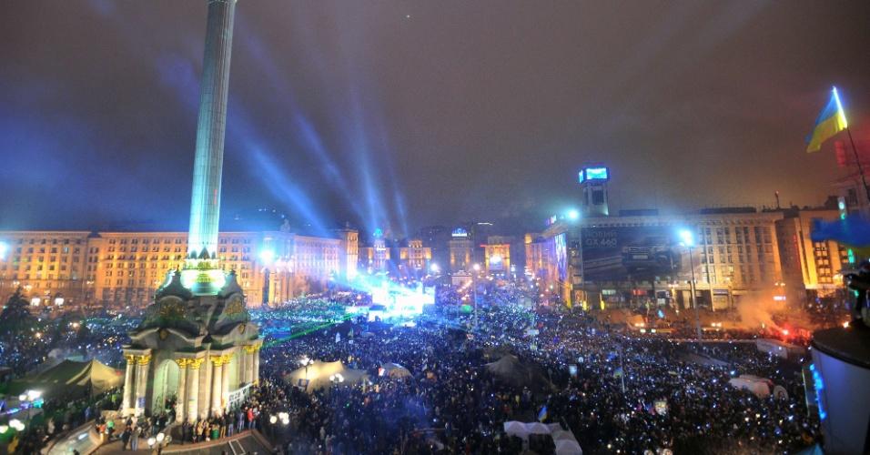 31.dez.2013 - Ucranianos dançam e cantam durante celebração da chegada do novo ano na praça da Independência, em Kiev. Mais de 200 mil manifestantes pró-União Europeia participaram da festa