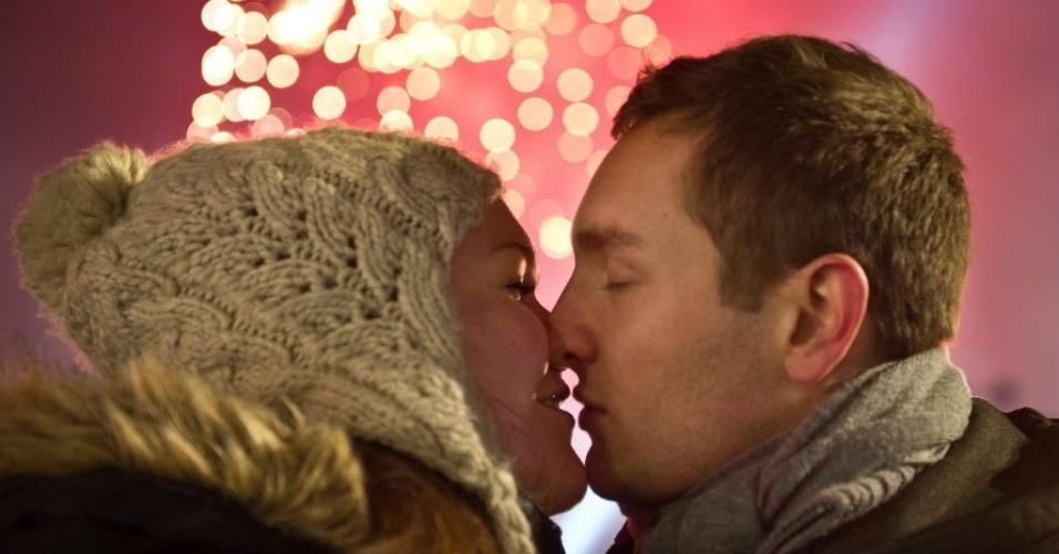 31.dez.2013 - Um casal se beija enquanto fogos de artifícios explodem sobre o Portão de Brandenburg, na Alemanha, onde uma das maiores festas de Ano-Novo do país foi celebrada