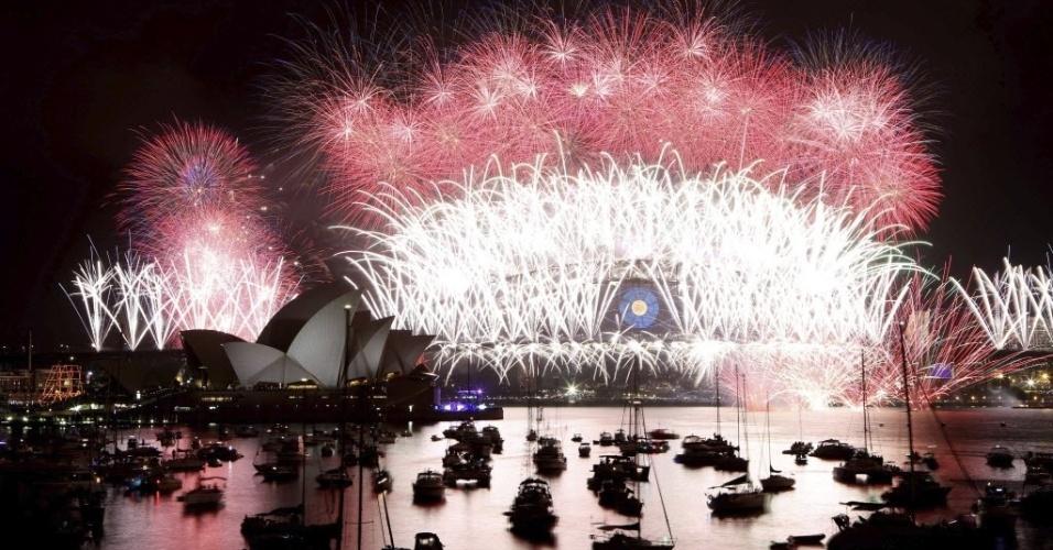 31.dez.2013 - Um espetáculo de fogos de artificio ilumina a Ópera de Sydney, na Austrália, em celebração à chegada do novo ano