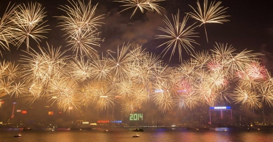 31.dez.2013 - Um espetáculo de fogos de artificio ilumina o céu do Victoria Harbour, em Hong Kong, durante celebrações para a chegada do Ano-Novo