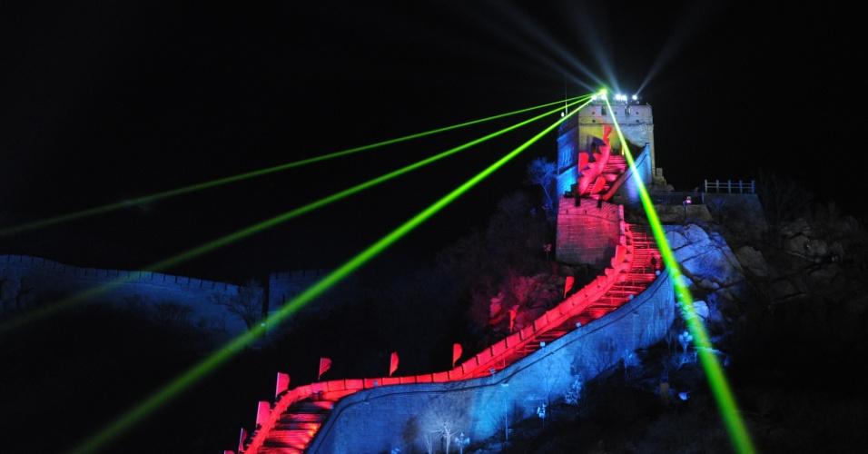 31.dez.2013 - Um espetáculo de luzes ilumina a Grande Muralha da China durante a contagem regressica para a chegada do Ano-Novo, em Pequim, na China