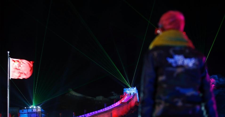 31.dez.2013 - Um homem observa o show de luzes e lasers na Grande Muralha da China enquanto ele espera a chegada do novo ano de 2014 na Seção Badaling da Grande Muralha, em Pequim, na China