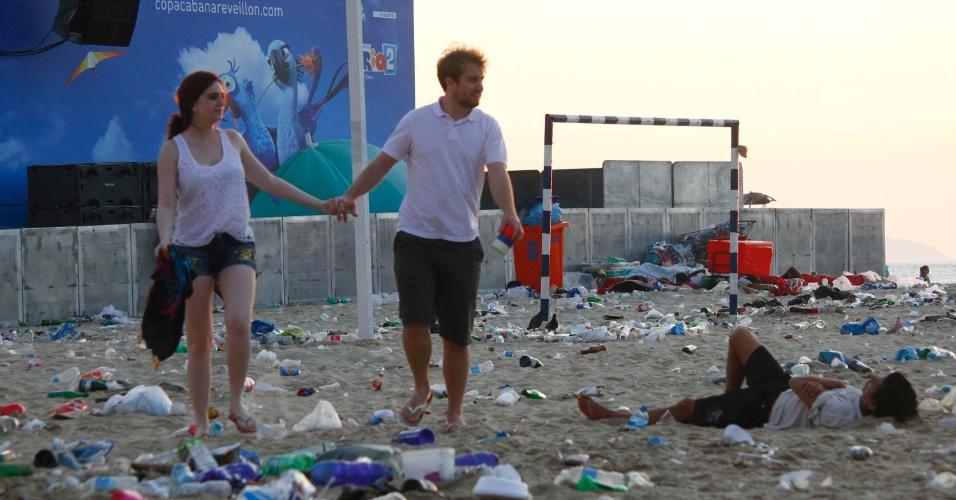1º.dez.2014 - Cariocas e turistas permanecem na praia de Copacabana, no Rio de Janeiro na manhã desta quarta-feira (1º), após a festa de Réveillon. Muito lixo ficou acumulado na praia