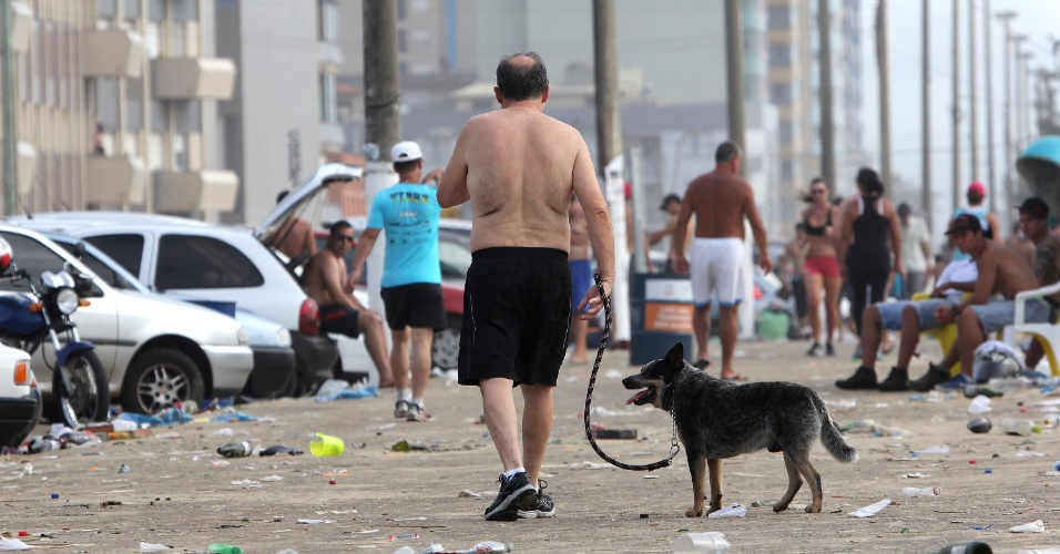 1º.jan.2014 - Depois da festa de Réveillon, praia de Tramandaí (RS) amanhece cheia de lixo, nesta quarta-feira (1º)