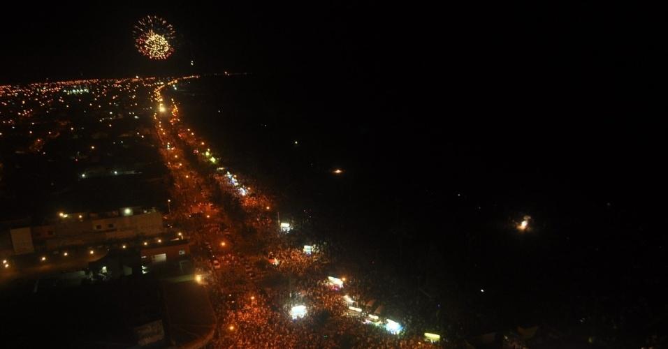 1°.jan.2014 - Mais de 30 mil pessoas acompanharam a queima de fogos em Peruíbe, no litoral de São Paulo, para celebrar a chegada de 2014. Durante esta época, a  população da cidade salta dos 63 mil habitantes para quase 200 mil