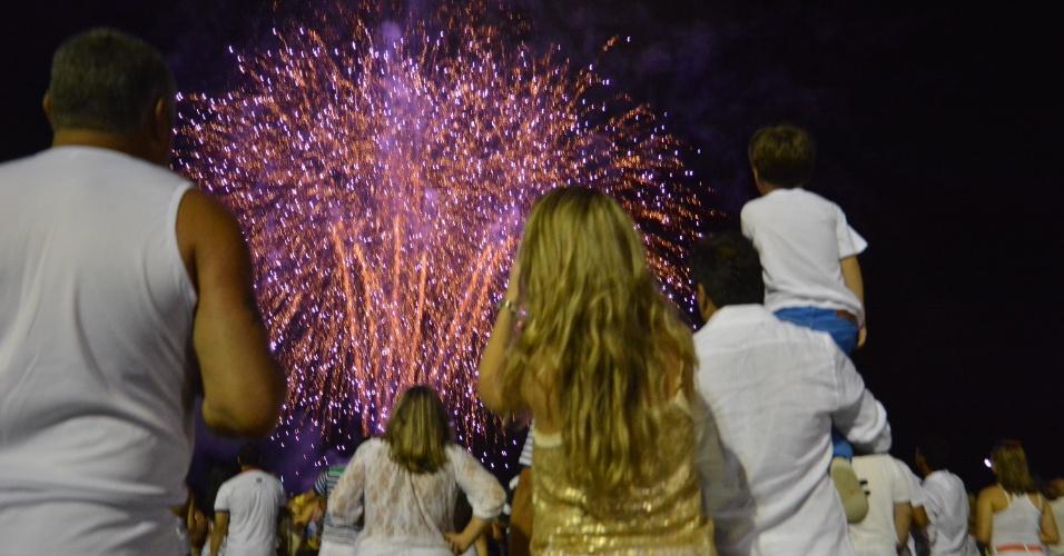 1º.jan.2014 - Pessoas acompanham à queima de fogos em Recife (PE) para comemorar a chegada de 2014
