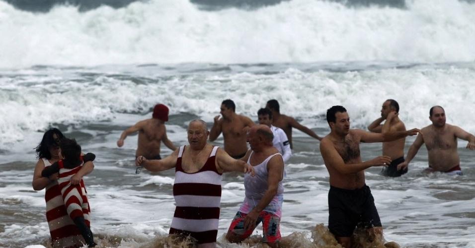 1º.jan.2013 - Pessoas celebram a chegada do ano-novo tomando banho de mar na praia de Carcavelos, nos arredores de Lisboa, Portugal