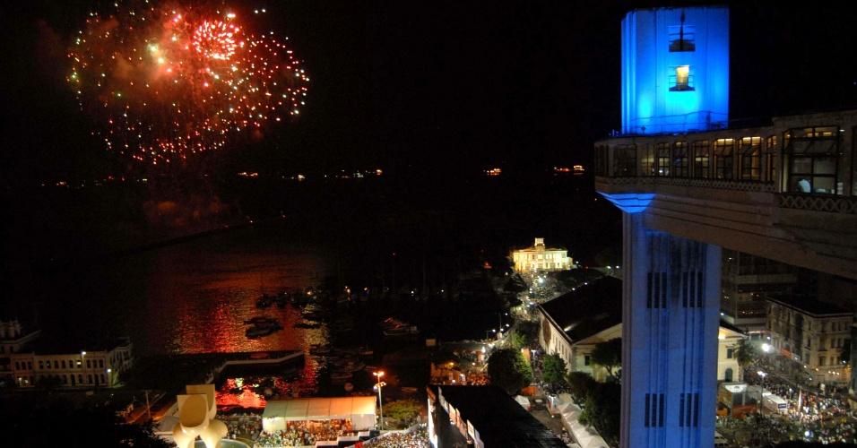 1º.jan.2013 - Queima de fogos de artifícios ilumina a orla de Salvador, diante do elevador Lacerda, cartão postal da cidade