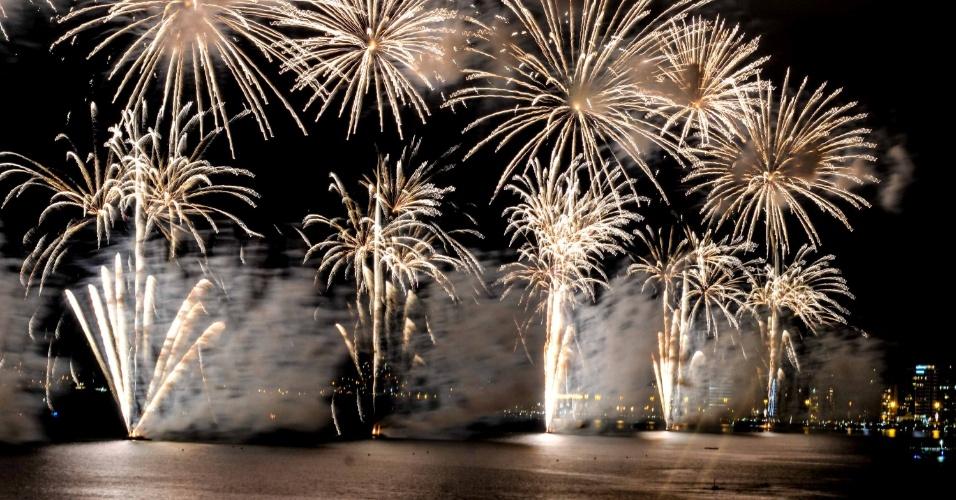 1º.jan.2014 - Queima de fogos em Florianópolis marca a chegada do ano de 2014. As balsas no meio da Beira Mar Norte e Beira Mar Continental foram as bases para o show pirotécnico