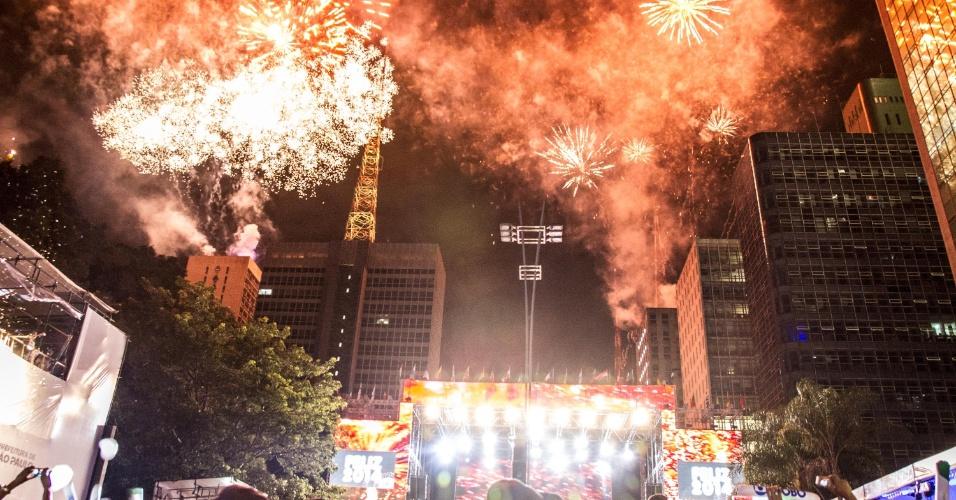 1º.jan.2014 - Queima de fogos ilumina o céu da Avenida Paulista, na região central da capital, durante a festa de Réveillon que celebra a chegada do ano novo, nas primeiras horas de 2014