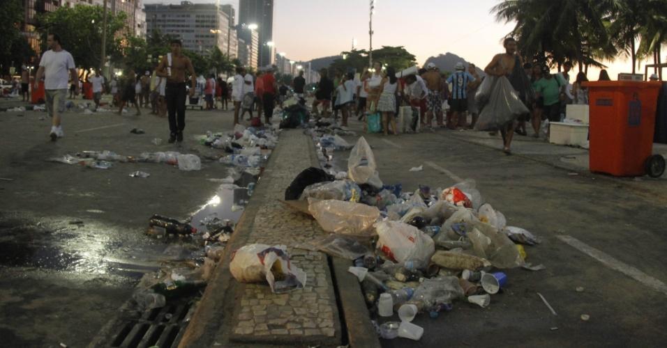 1°.jan.2014 - Lixo se acumula nos arredores da praia de Copacabana, no Rio de Janeiro, após a festa do Réveillon