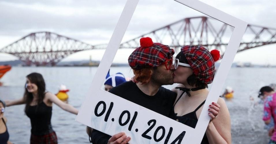 1º.jan.2014 - Casal participa do tradicional mergulho de ano novo na Escócia