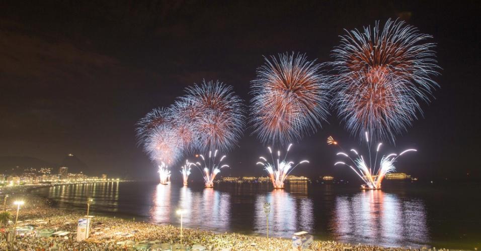 1º.jan.2014 - Fogos artificiais iluminam o céu de Copacabana durante festa da virada no Rio de Janeiro