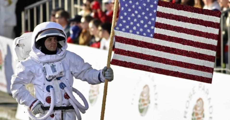 1°.jan.2014 - Homem fantasiado de astronauta participa da tradicional Parada das Rosas, em Passadena, Califórnia (EUA). O  evento ocorre no primeiro dia do ano desde de 1890