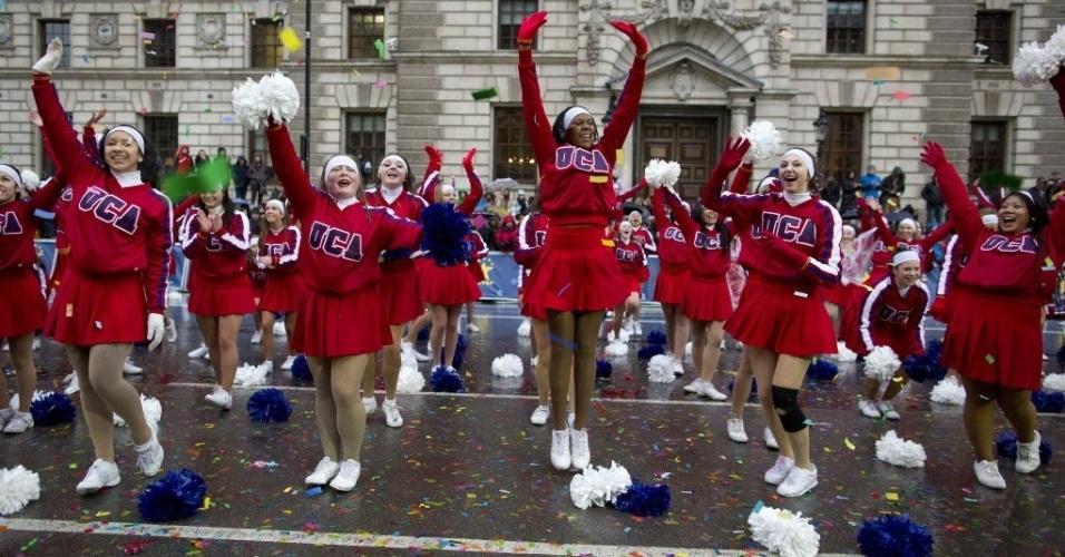1º.jan.2014 - Líderes de torcida dos EUA participam do desfile de ano novo no centro de Londres, Inglaterra