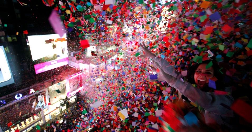 1º.jan.2014 - Papel picado é jogado sobre foliões à meia-noite, durante as celebrações de Ano Novo na Times Square, em Nova York