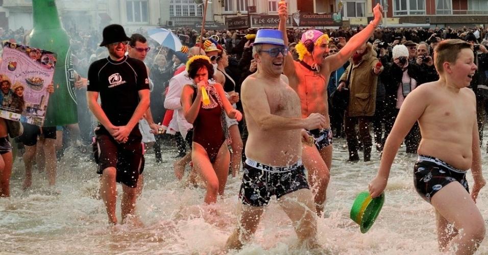 1º.jan.2014 - Pessoas participam do tradicional mergulho de ano novo na praia de Malo-Les-Bains, em Dunquerque, norte da França