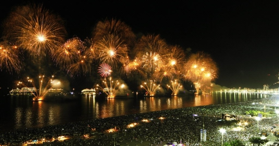 1º.jan.2014 - Queima de fogos ilumina praia de Copacabana, no Rio de Janeiro