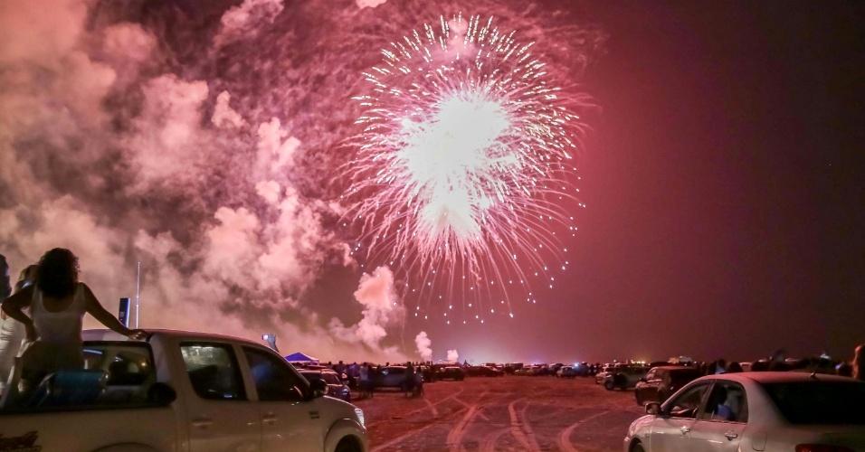 1º.jan.2014 - Turistas e locais assistem à queima de fogos de artifícios na praia do Cassino, em Rio Grande (RS). Cassino é considerada a mais longa praia do mundo