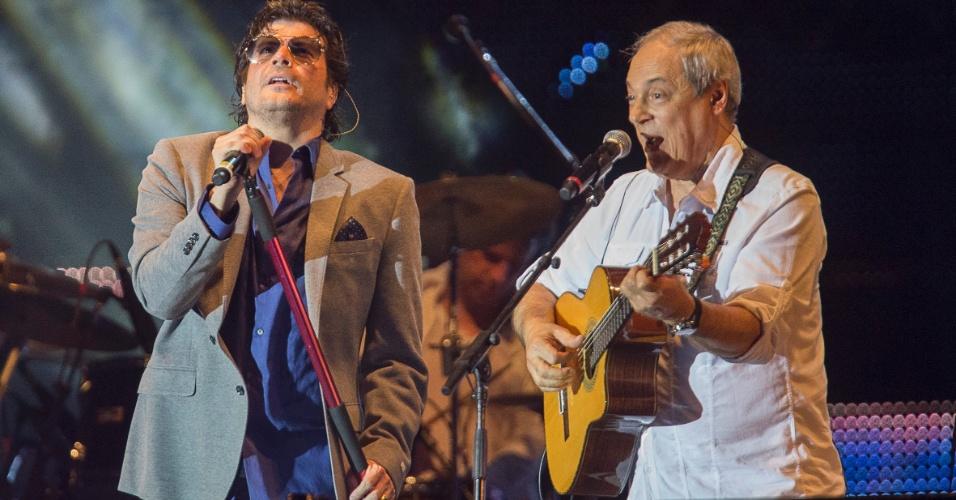 31.dez.2013 - O ex-vocalista da RPM, Paulo Ricardo, e Toquinho se apresentam no palco da festa de Réveillon da avenida Paulista, região central de São Paulo
