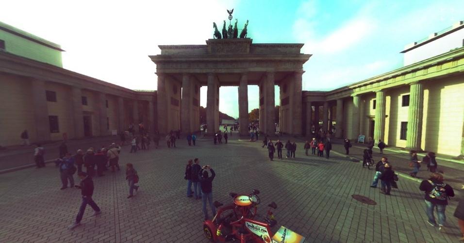 2.jan.2014 - Na imagem, uma parte de uma imagem capturada pela câmera Panono da Pariser Platz, praça em Berlim (Alemanha), onde fica o Portão de Brandemburgo (em destaque). Além de ser acionada quando jogada para o alto, a câmera também conta com um acessório (um suporte) que permite levantá-la e ter mais controle do clique. A Panono está à venda na plataforma de financiamento coletivo Indiegogo por US$ 499 (cerca de R$ 1.200)