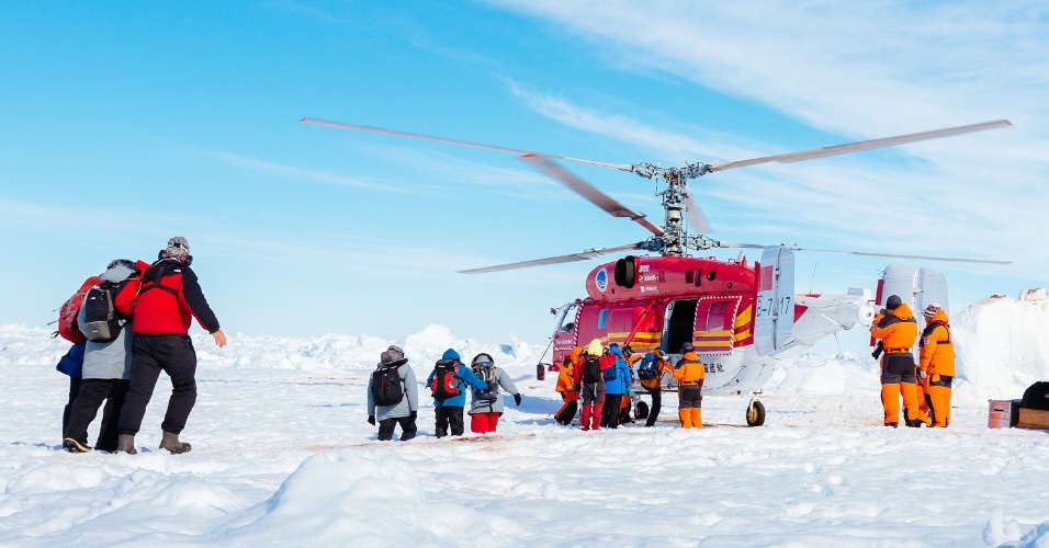 2.jan.2014 - Uma operação foi iniciada nesta quinta-feira para resgatar os passageiros de um navio russo que está preso no gelo próximo à Antártida desde a véspera do Natal. O resgate está sendo feito por um helicóptero do navio quebra-gelo chinês Xue Long, que transportará os passageiros para esta embarcação