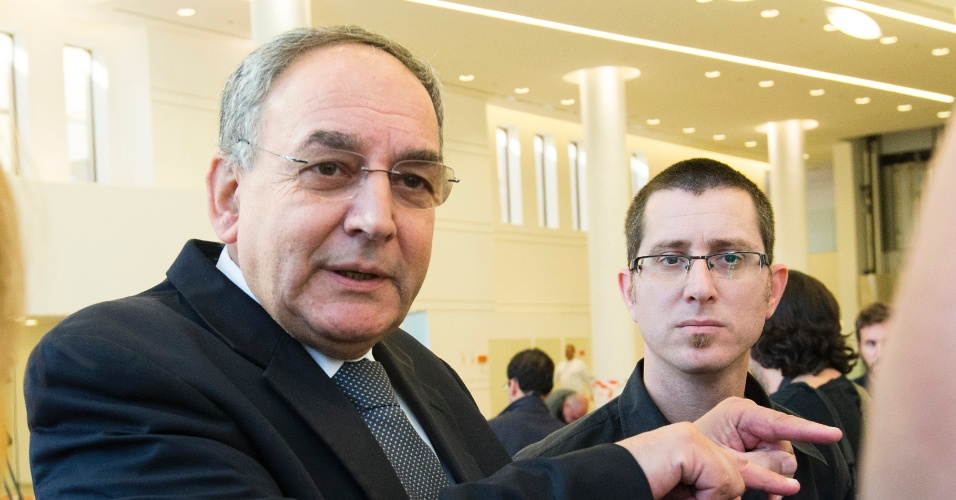 2.jan.2014 - Zeev Rotstein, diretor do hospital de Tel Hashomer, perto de Tel-Aviv, onde está internado o ex-primeiro-ministro israelense Ariel Sharon, fala com a imprensa nesta quinta-feira (2). Segundo o diretor, vários órgãos vitais de Ariel Sharon deixaram de funcionar normalmente