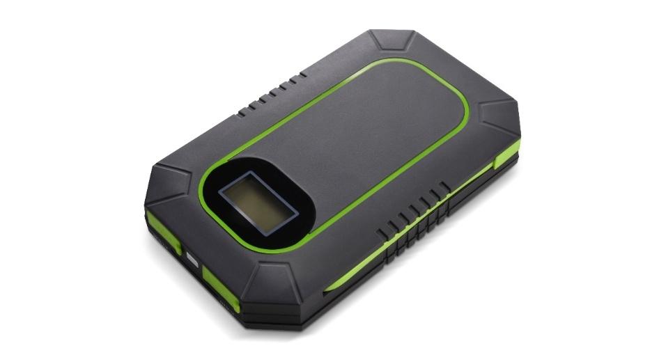 2.jan.2014 - A Cobra Electronics apresentou nesta quinta (2) o carregador portátil de smartphone CPP 300. O dispositivo conta com um módulo de bateria interna de 6.000 mAh, que pode ser carregado por meio de luz solar ou conectando-o em uma tomada. O modelo, que dá carga completa a um celular inteligente, conta com adaptadores para diversos padrões de entrada como USB, micro-USB e o padrão de conector usado em aparelhos móveis da Apple. O carregador chega às varejistas dos Estados Unidos em fevereiro por US$ 80 (cerca de R$ 192) e vai ser exposto durante a CES 2014, evento de tecnologia realizado em Las Vegas
