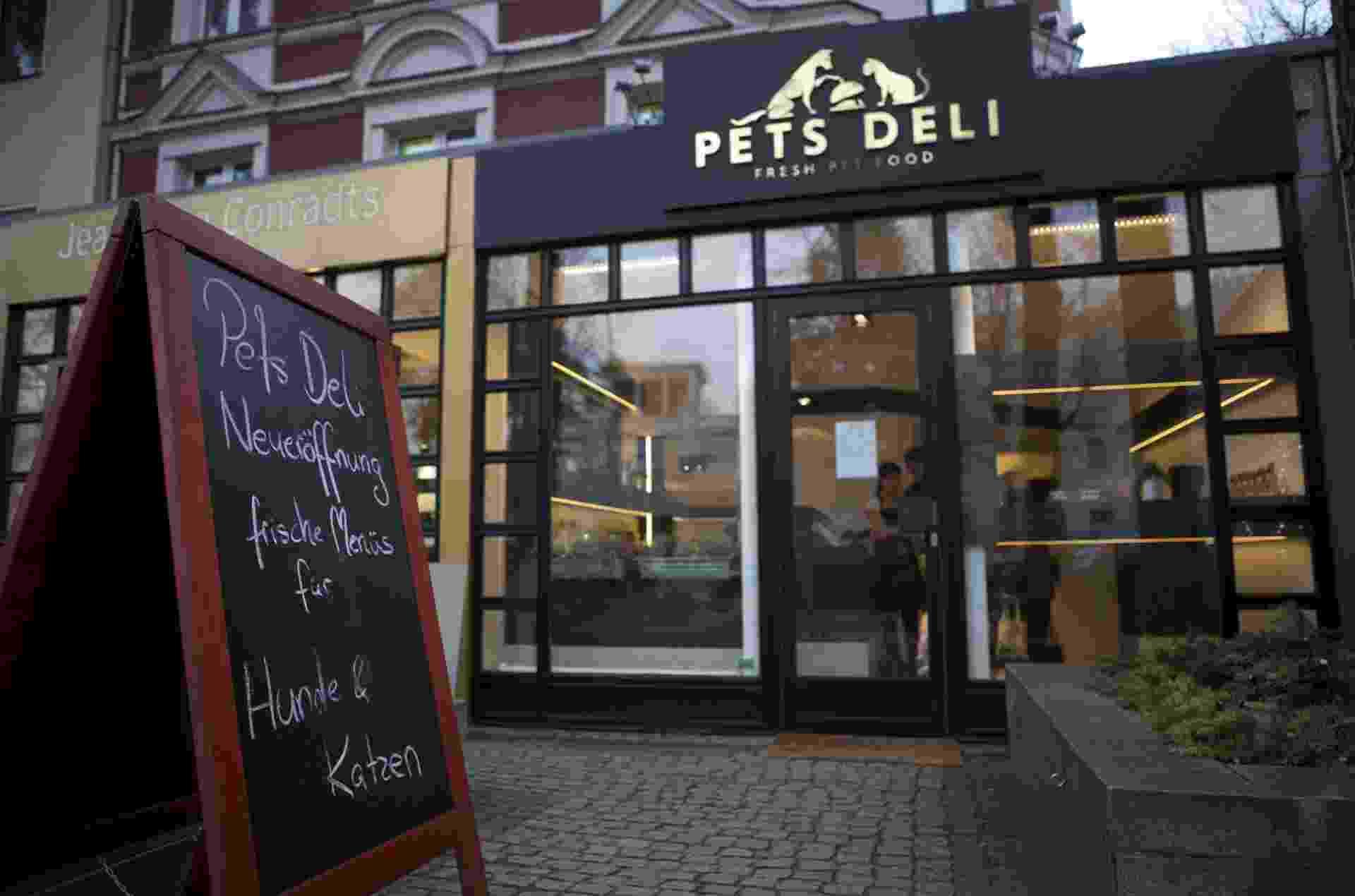 2.jan.2014 - A fachada da loja de comida para cães e gatos Pets Deli, em Gruenewald, distrito de Berlim, na Alemanha, é fotografada nesta quinta-feira (2). A loja mistura carnes frescas, vegetais e outros ingredientes no preparo de refeições para animais que podem ser comidas no local ou levadas para viagem - David Gannon/AFP