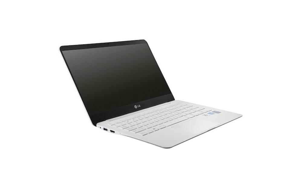 """2.jan.2014 - A LG apresentou nesta quinta-feira (2) um laptop que pesa menos de 1 kg. Chamado Ultra PC 13Z940, o computador portátil tem uma tela full HD de 13,3 polegadas, disco SSD de 256 GB, processador Intel Core i5 e 4,4 milímetros de espessura em sua parte mais fina -- a mais grossa tem espessura de 13,6 milímetros. A companhia sul-coreana estreia o recurso chamado """"modo leitor"""" no aparelho, o que, segundo a empresa, altera o fundo de qualquer imagem para um que lembra um papel. Dessa forma, o usuário terá menos cansaço nas vistas e ainda contará com um consumo de energia reduzido. O laptop será exibido durante a CES 2014, evento de tecnologia realizado em Las Vegas (EUA), e ainda não tem data para lançamento e preço sugerido"""