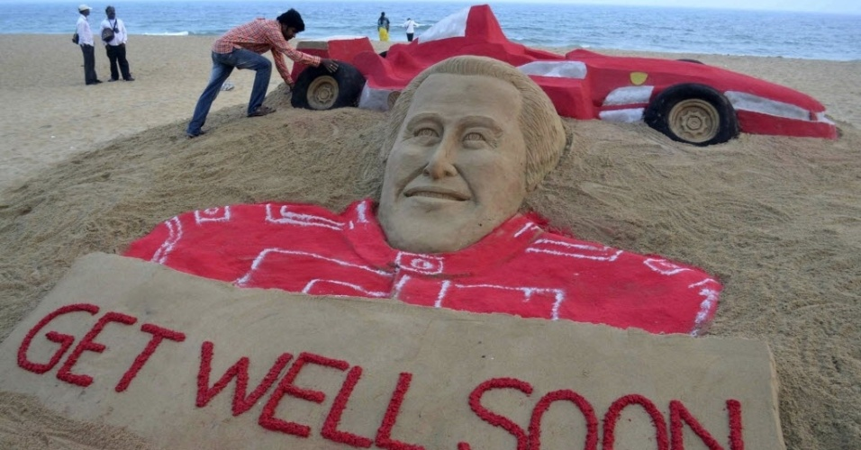 2.jan.2014 - Artista indiano Sudarshan Pattnaik trabalha em uma escultura de areia do ex-piloto de Fórmula 1 Michael Schumacher para desejar-lhe uma rápida recuperação, em Puri, no estado indiano oriental de Odisha