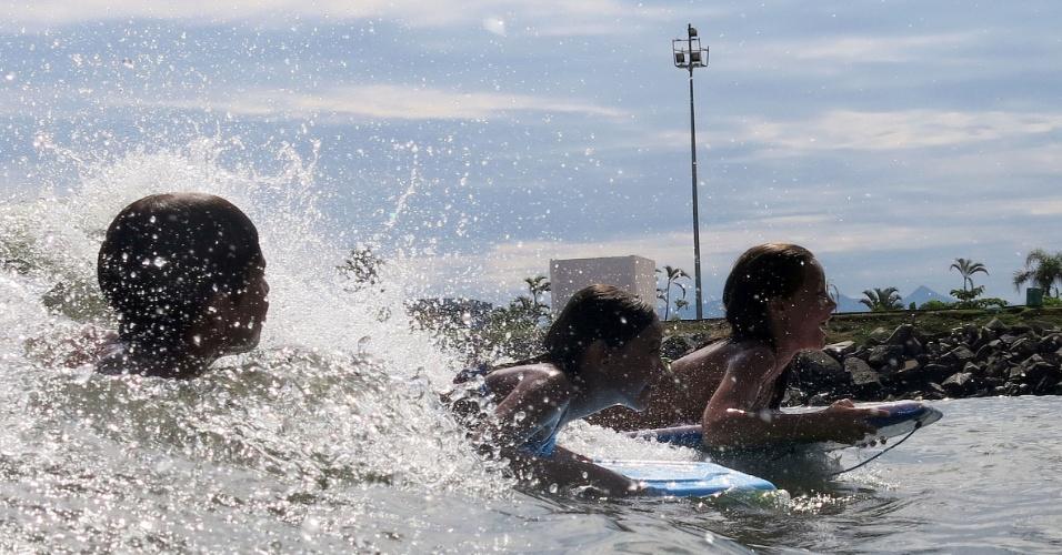 2.jan.2014 - Banhistas aproveitam o calor em uma praia em Santos, no litoral sul de São Paulo, nesta quinta-feira (2). Segundo a Cetesb (Companhia de Tecnologia de Saneamento Ambiental de São Paulo), 47 praias do Estado não são recomendadas para banho, ou seja, um terço das 170 praias analisadas