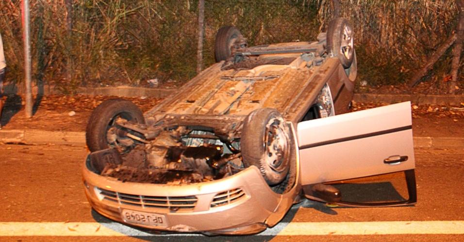 2.jan.2014 - Criminosos capotaram carro que roubaram, na avenida Raimundo Pereira de Magalhães, região de Pirituba, zona norte de São Paulo (SP)