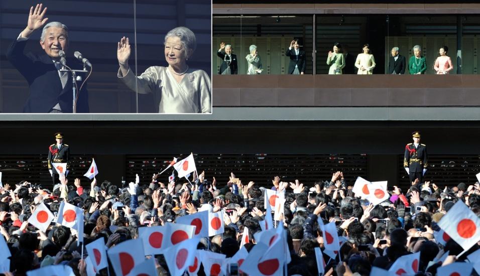 2.jan.2014 - O imperador do Japão, Akihito, e a imperatriz, Michiko (no detalhe e no centro), acenam durante aparição pública por ocasião do Ano Novo no Palácio Imperial em Tóquio