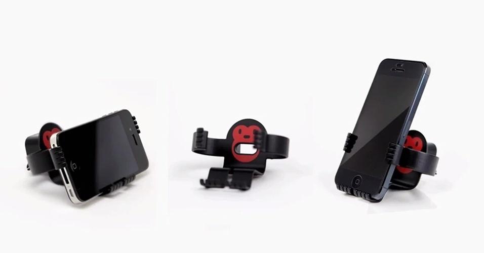 2.jan.2014 - O MonkeyOh é um suporte multiuso para smartphone em formato de macaco. Ele serve como apoio para carregar o celular em uma tomada ou simplesmente para deixar o dispositivo em pé ou deitado sobre uma mesa. Segundo a Felix Brand (desenvolvedora do gadget), o acessório apoia de forma confortável os iPhones, iPods touch e a maioria dos celulares inteligentes novos, inclusive os de tela grande, como o Galaxy S4. O MonkeyOh é vendido na página da fabricante por US$ 15 (cerca de R$ 36)