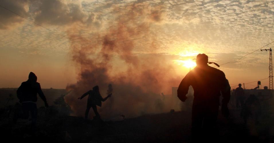 2.jan.2014 - Palestinos entram em confronto com forças de segurança israelenses após o funeral de Said Nassar, 85, que morreu durante a noite depois de inalar gás lacrimogêneo usado pelo Exército de Israel para dispersar uma manifestação, no vilarejo de Kfar Qaddum, na Cisjordânia, nesta quinta-feira (2)