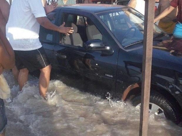 2.jan.2014 - Pelo menos 15 carros e uma carreta foram engolidos pelo mar da praia do Araçagi, no Maranhão, na tarde de quarta-feira (1º). A maré começou a subir às 15h30 e muitos carros de passeio que estavam no local ficaram boiando na água. Outros carros ficaram atolados