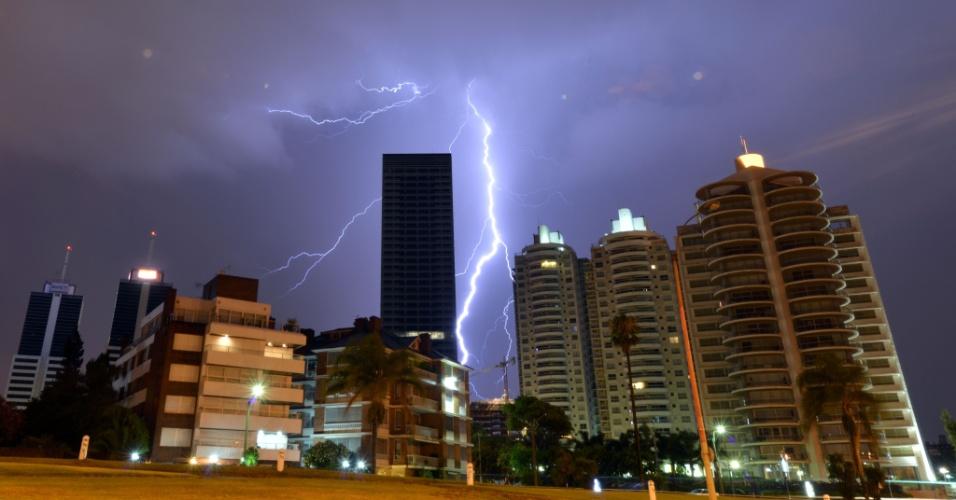 2.jan.2014 - Raios caiem do céu de Montevidéu, Uruguai, próximo à cidade de World Trade Center, durante uma tempestade nesta quinta-feira (2)