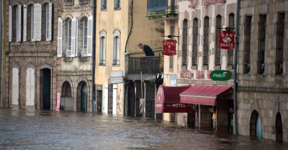 2.jan.2014 - Um homem observa nível da água nas ruas inundadas pelas águas do rio Laita, no centro da cidade de Quimperle, na França, nesta quinta-feira (2). A região está sob alerta de inundações devido às fortes chuvas e alto coeficiente de marés