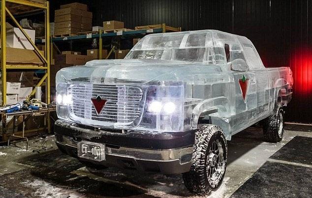 2.jan.2014 - Uma equipe de escultores de Ontário, Canadá, criou um carro feito de gelo.  A escultura foi encomendada pela empresa Canadian Tire, que queria mostrar o quão bem às baterias de carro que fabrica funcionam no frio. O automóvel de  quase  5.000 kg foi dirigido por cerca de 1,6 km. Depois de exibido, ele foi estacionado para derreter de forma natural, o que levou 40 horas